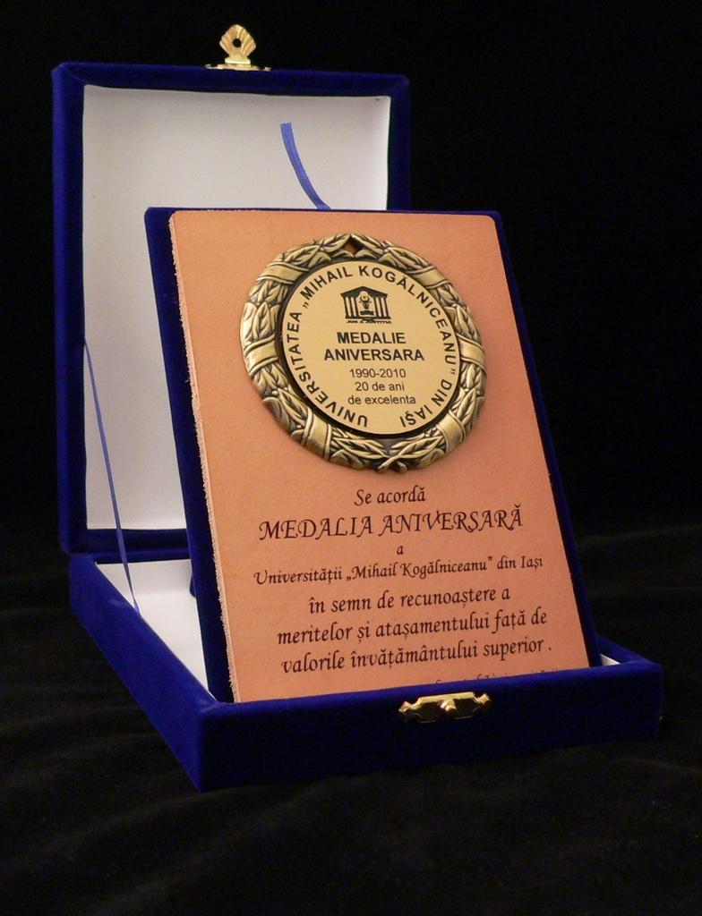 Medalie aniversară pe suport piele