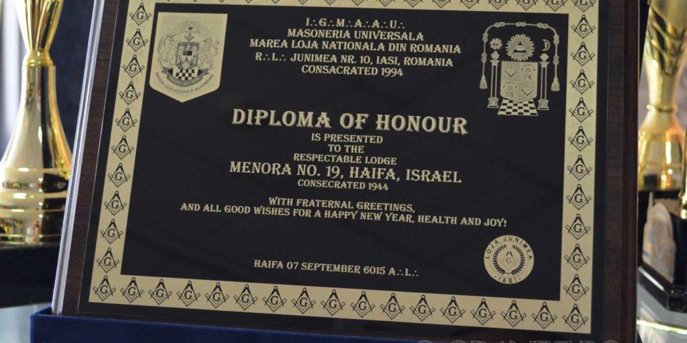 diploma de onoare gravata laser pe alama lacuita cu negru