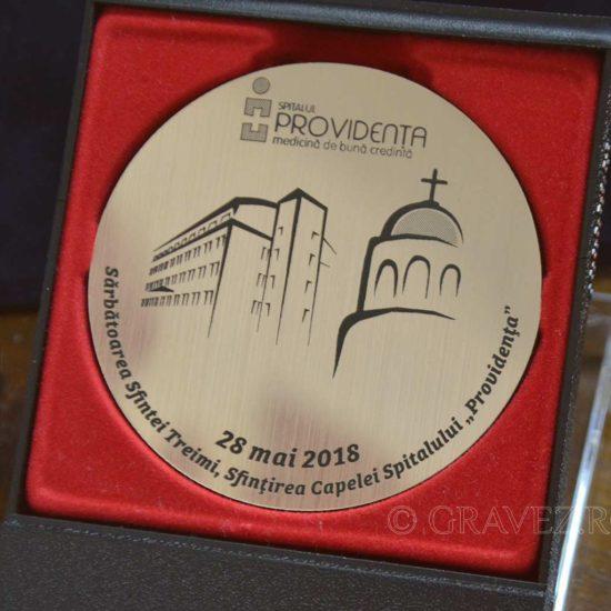 medalie gravata in metalex auriu in cutie din plastic