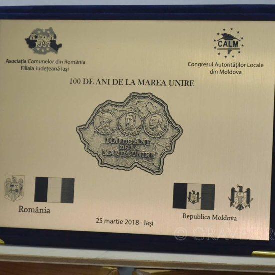 placheta-cu-fotogravura-in-mapa-plusata din materiale speciale pentru trofee premii si medalii