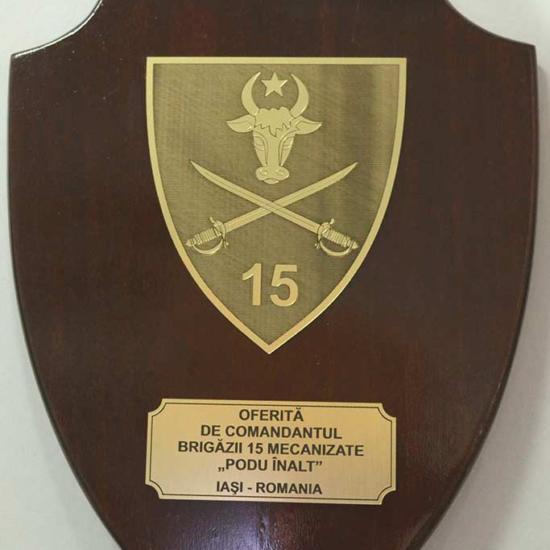 scut lemn cu gravura in metalex auriu pentru unitate militara