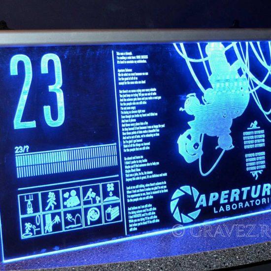 gravura acril-gravat-si-iluminat-in-cant-cu-LED pentru semnalistica din plastic