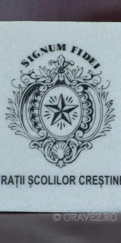 Placa de marmura alba gravata si vopsita cu negru in gravura